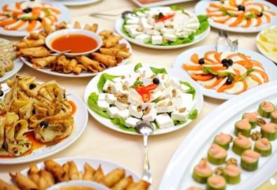 Кетъринг за рожден ден на открито за до 30 гости с апетитни хапки, лимонада, празнични чашки и чинийки oт Кулинарна работилница Деличи - Снимка