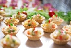 Парти за 10, 20 или 30 гости! Кетъринг за рожден ден на открито с апетитни хапки, лимонада, празнични чашки и чинийки oт Кулинарна работилница Деличи - Снимка