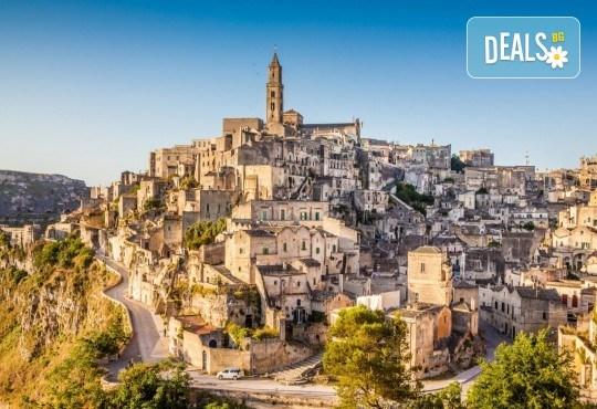 Красотата на Южна Италия! 3 нощувки със закуски в хотел 3*, транспорт, посещение на Неапол, Позитано, вулкана Везувий, Помпей и китни италиански села с България Травъл - Снимка 3