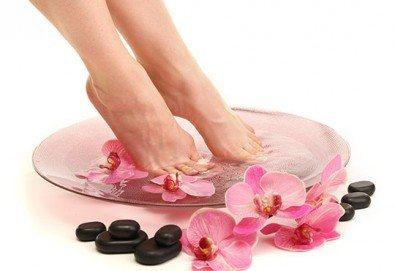 Перфектен педикюр със страхотен цвят O.P.I. и релаксираща масажна терапия на ходилата в Салон Мечта - Снимка