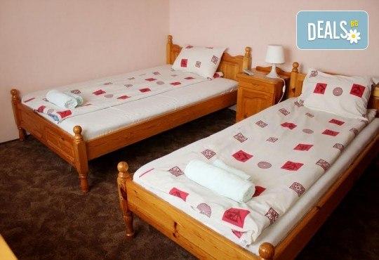 Почивка за ДВАМА в Добринище! 2 нощувки със закуски и 1 вечеря за ДВАМА в къща за гости Андрееви - Снимка 6