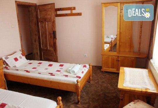 Почивка за ДВАМА в Добринище! 2 нощувки със закуски и 1 вечеря за ДВАМА в къща за гости Андрееви - Снимка 9
