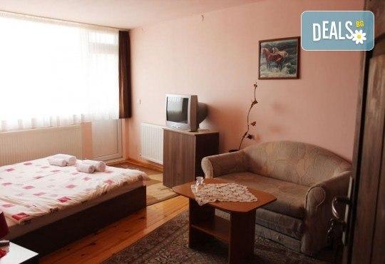Почивка за ДВАМА в Добринище! 2 нощувки със закуски и 1 вечеря за ДВАМА в къща за гости Андрееви - Снимка 5
