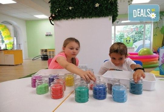 Деца творят красота! Оцветяване на детски картини с пясък (за възраст от 3 г. до 10 г.), до 7 деца в група в Детски център ДЕТЕгледане - Снимка 3