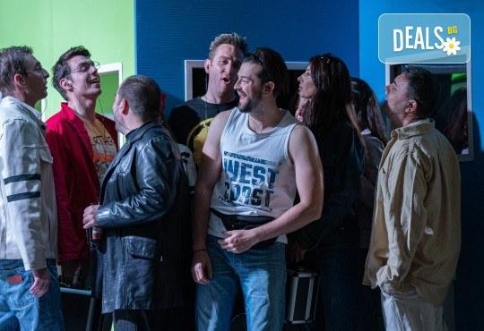 Комедия на 23.10. (събота) Очите на милиони театрална постановка - реалити шоу в Малък градски театър Зад канала - Снимка 2
