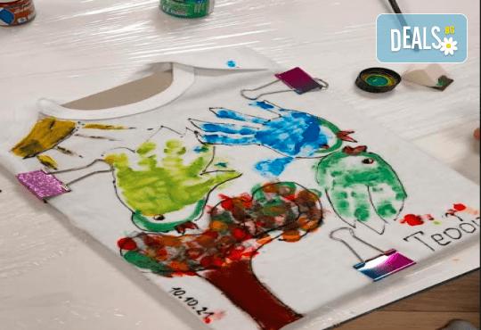 Рисуване върху тениска/боди с ръце (за възраст от 10 месеца до 8 г.), до 8 деца в група в Детски център ДЕТЕгледане - Снимка 2