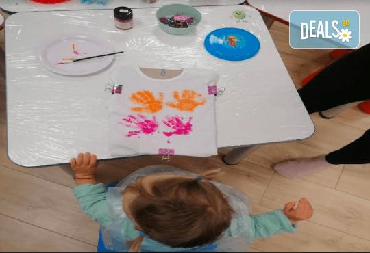Рисуване върху тениска/боди с ръце (за възраст от 10 месеца до 8 г.), до 8 деца в група в Детски център ДЕТЕгледане - Снимка 3