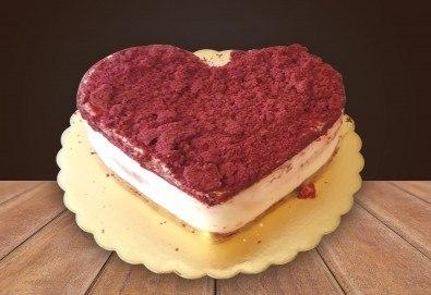 Торта сърце Червено кадифе с млечен крем, 8, 12 или 16 парчета от Сладкарница Джорджо Джани - Снимка