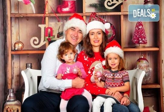 Коледна фотосесия с 3 декора плюс фотокнига от Photosesia.com