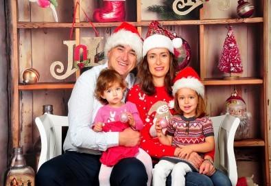 Коледна фотосесия в студио с 3 различни декора, 160 кадъра и подарък Фотокнига, от Photosesia.com - Снимка