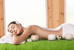 60-минутен лечебен масаж с имуностимулиращо действие на цяло тяло с билкови масла и магнезиево олио в салон Женско Царство - Снимка