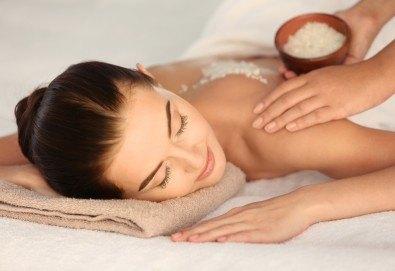 СПА пакет Релакс! 60 минутен дълбокотъканен или релаксиращ масаж на цяло тяло, пилинг на гръб, масаж на глава и лице и бонус: масаж на ходила в Женско Царство - Снимка