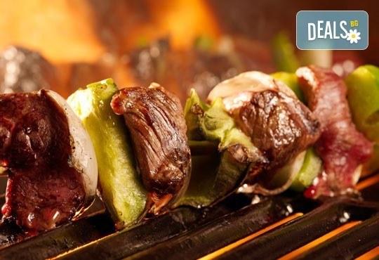 Ориенталски кебап с телешко, свинско и агнешко кълцано месце и гарнитура и палачинка по избор от Delano Bar and Dinner! - Снимка 1