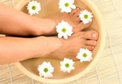 Покажете перфектните си крака! Изберете класически или SPA педикюр с обикновен лак или гел лак в салон Лаура стайл! - Снимка