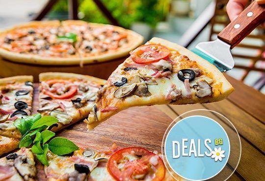 Обяд или вечеря в Пицарии Златна круша! Две големи тънки пици или три малки тънки пици - Снимка 1