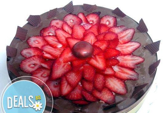 Шоколадова торта с аеро шоколад, пресни ягоди, шоколадов мус и баварски крем от Сладкарница Орхидея - Снимка 1