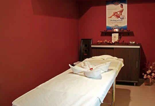 Подарете си антицелулитен масаж на 4 зони, вендузи и фолио със загряващ антицелулитен крем в студио Долче Вита - Снимка 4
