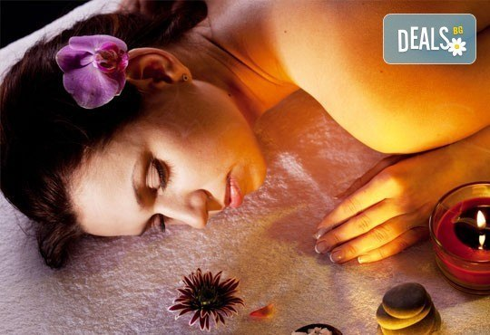 Релаксирайте с 50 минутен релаксиращ или болкоуспокояващ масаж на гръб с масла на Glory от салон за красота Sassy! - Снимка 1