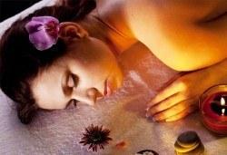 Релаксирайте с 50 минутен релаксиращ или болкоуспокояващ масаж на гръб с масла на Glory от салон за красота Sassy! - Снимка