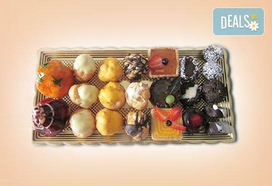 Сладък Микс за ценители! Над 40 броя шоколадови изкушения - еклери, пралини и петифури от Сладкарница Орхидея - Снимка 3