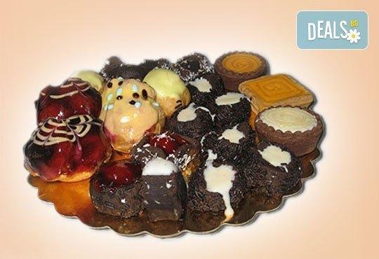 Сладък Микс за ценители! Над 40 броя шоколадови изкушения - еклери, пралини и петифури от Сладкарница Орхидея - Снимка 1