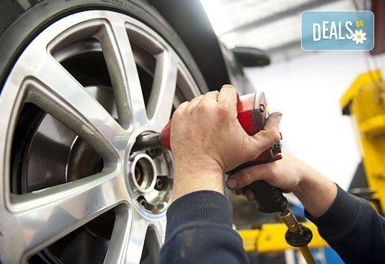 Смяна на 4 броя гуми, монтаж, демонтаж, баланс, тежести и смяна на 4 винтила в сервиз Автомакс 13! Предплатете! - Снимка 1