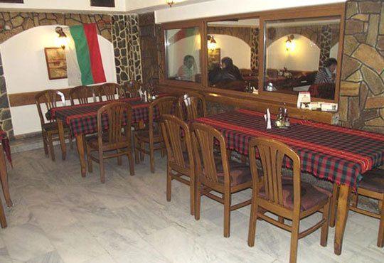 Апетитно фаршировано пилешко бутче със задушени картофи и мешана салата в Ресторант-механа Мамбо - Снимка 5