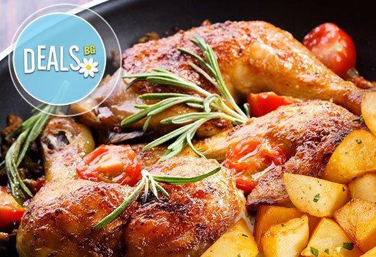 Апетитно фаршировано пилешко бутче със задушени картофи и мешана салата в Ресторант-механа Мамбо - Снимка 1