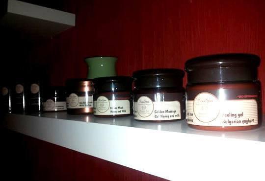 Заредете се с енергийна терапия! Масаж с топли вулканични камъни на цяло тяло във Friends - hair & beauty studio - Снимка 4