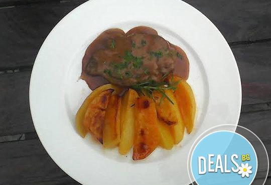 2 порции задушена свинска пържола с печени картофи, с розмарин и чесън и каничка вино от Бистро Villy's! Предплатете! - Снимка 1