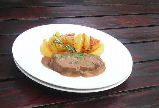 2 порции задушена свинска пържола с печени картофи, с розмарин и чесън и каничка вино от Бистро Villy's! Предплатете! - Снимка 2