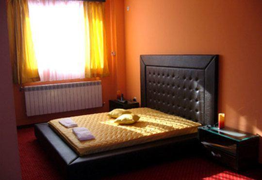 През цялата есен - в семеен хотел Перун, Свищов! 1 нощувка, закуска и вечеря, ползване на сауна, парна баня и солариум! - Снимка 2