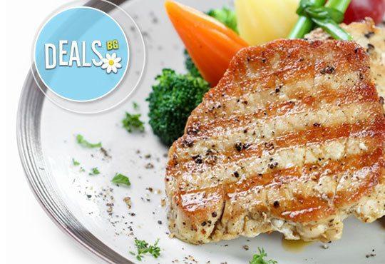 Класика в ресторант Болеро! Скара асорти - шишче със зеленчуци, свински гърди, кебапче и кюфте с гарнитура шопска салата - Снимка 2