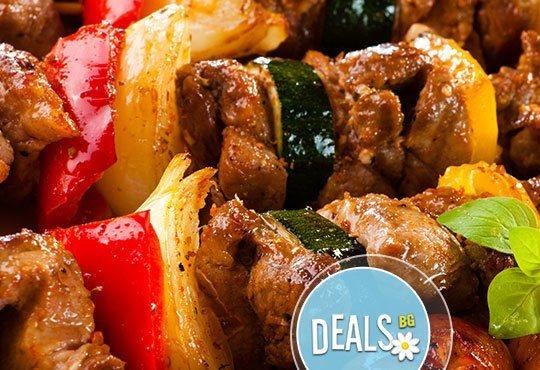 Класика в ресторант Болеро! Скара асорти - шишче със зеленчуци, свински гърди, кебапче и кюфте с гарнитура шопска салата - Снимка 1