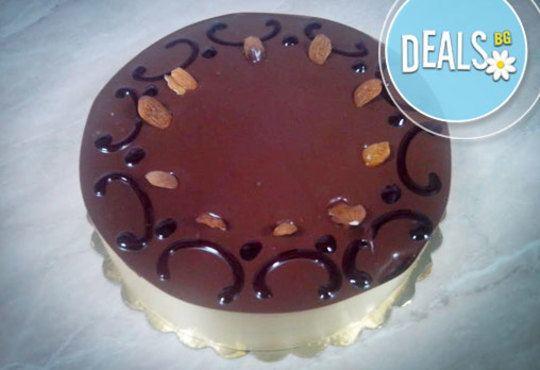 Перфектна за празници! Шоколадова торта с баварски крем и белгийски млечен шоколад от Сладкарница Орхидея - Снимка 1