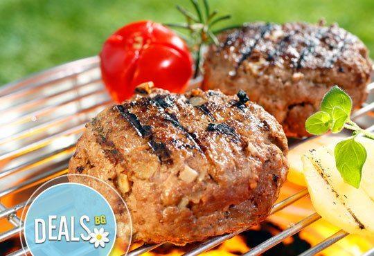 Класика в ресторант Болеро! Скара асорти - шишче със зеленчуци, свински гърди, кебапче и кюфте с гарнитура шопска салата - Снимка 3