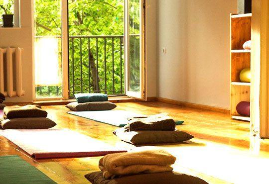 Постигнете хармония със себе си! Карта за 3 или 6 посещения по 50 минути йога от Йога и масажи Айя! - Снимка 4