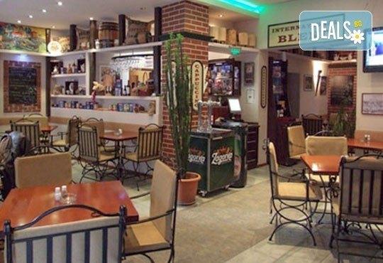 Килограм вкусни панирани хапки - пиле пане, кашкавалчета пане и свински мариновани хапки на скара в ресторант Balito - Снимка 5