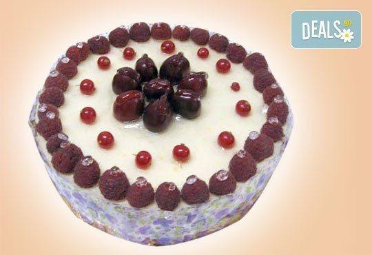 Супер изкушение! Парче шоколадова торта и чаша сок в Сладкарница Орхидея - Снимка 5