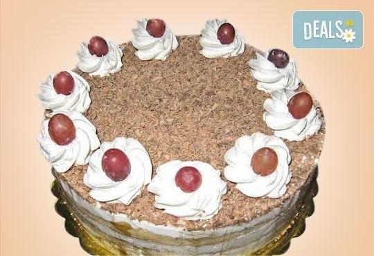 Супер изкушение! Парче шоколадова торта и чаша сок в Сладкарница Орхидея - Снимка 4