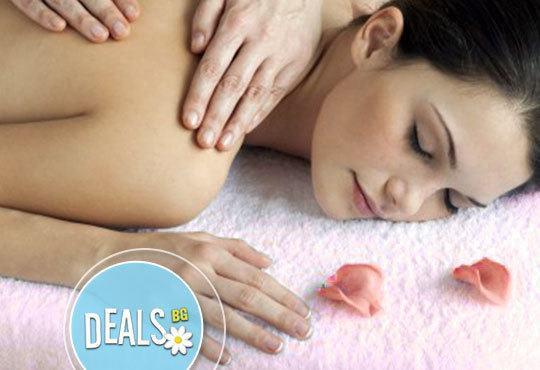 Обезболяваща процедура на гръб - лечебен масаж с магнезиево олио и апликация с кал от Мъртво море в салон Елеганс! - Снимка 3