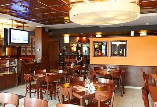 Обяд или вечеря в Пицарии Златна круша! Две големи тънки пици или три малки тънки пици - Снимка 2