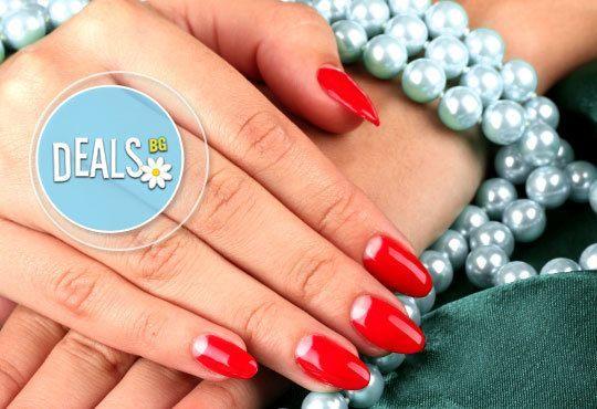 За перфектни ръце! Поставяне на гел върху етествен нокът и/или маникюр с лак или гел лак на CND в салон Косабелла! - Снимка 1