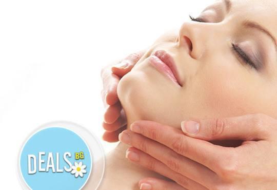 Масаж на лице, шия и деколте, ензимен пилинг и точков масаж и подхранваща маска от професионален козметик в салон Giro - Снимка 3
