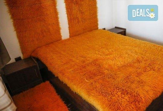 Почивка в комплекс Трите къщи в с. Лещен през ноември или декември - 1 нощувка в еко къща с капацитет до 8 човека! - Снимка 5