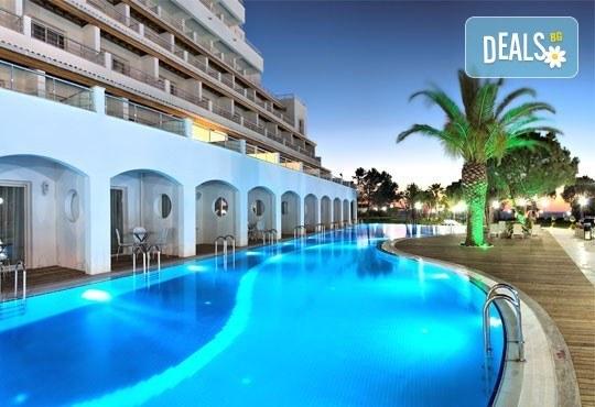 Нова година в Batihan Beach Resort 4+, Кушадасъ, Турция! 4 нощувки на база All Inclusive и Новогодишна вечеря, възможност за транспорт! - Снимка 1