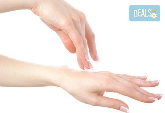 Терапия за нежни ръце със свещ с аромат на маракуя, пъпеш, мимоза, ванилия, портокал и кокос в салон J.D.V Beauty Center Relax! - Снимка 2