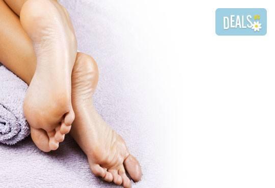 Терапия за крака със свещ с аромат на маракуя, пъпеш, мимоза, ванилия, портокал и кокос в салон J.D.V Beauty Center Relax! - Снимка 1