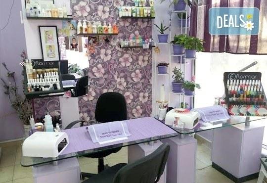 Терапия за крака със свещ с аромат на маракуя, пъпеш, мимоза, ванилия, портокал и кокос в салон J.D.V Beauty Center Relax! - Снимка 11