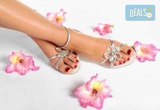 Спа педикюр с лакиране и терапия за нежни и гладки крака със свещ с аромат по избор от J.D.V. Beauty Center Relax - Снимка 3